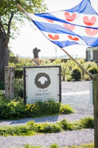 B&B Under de wol logo bord - Friese vlag